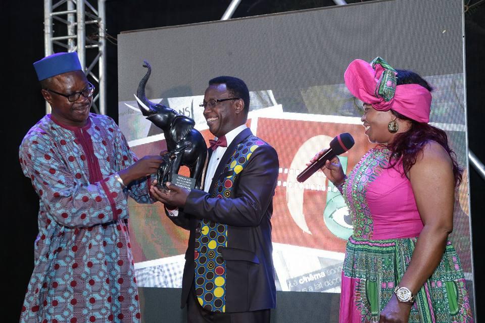 Remise du Présent du Ministre Ivoirien de la Culture à Mr Léonce NGABO Président du FESTICAB 2018